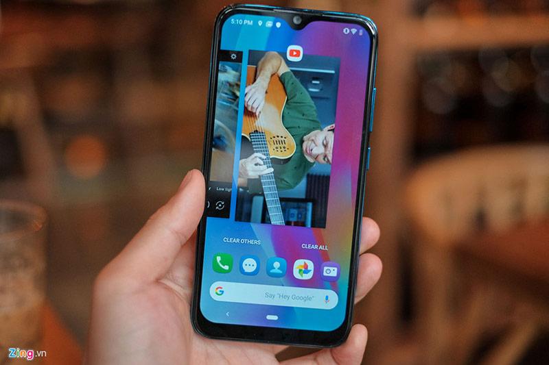 Chiếc điện thoại này được cài đặt phiên bản VOS 2.0 dựa trên nền Android 9. Tính năng mới đáng chú ý bao gồm hiển thị thông tin trên màn hình tắt (ambient display), nút điều hướng dần thay bằng thao tác điều khiển bằng cử chỉ. Tuy nhiên, hệ thống cử chỉ trên Android 9 chưa toàn diện như phiên bản Android 10. Các phần mềm cài sẵn hầu hết là dịch vụ của Google, giao diện tối giản.