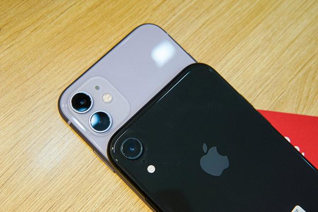 So với XR, iPhone 11 được trang bị thêm một ống góc rộng độ phân giải 12 megapixel.
