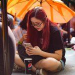 Nhiều người VN đội nắng, ăn ngủ vạ vật chờ mua iPhone mới ở Singapore