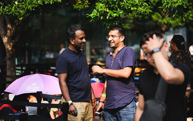 Ngoài người Việt, số ít còn lại là người Singapore gốc Ấn, Hoa cũng tham gia xếp hàng chờ mua iPhone mới.
