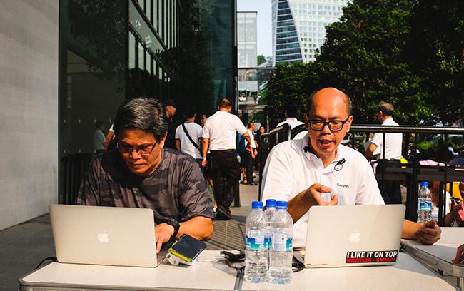 Khu vực kiểm soát ra vào bằng mã vòng đeo của người xếp hàng do hai nhân viên Apple điều hành