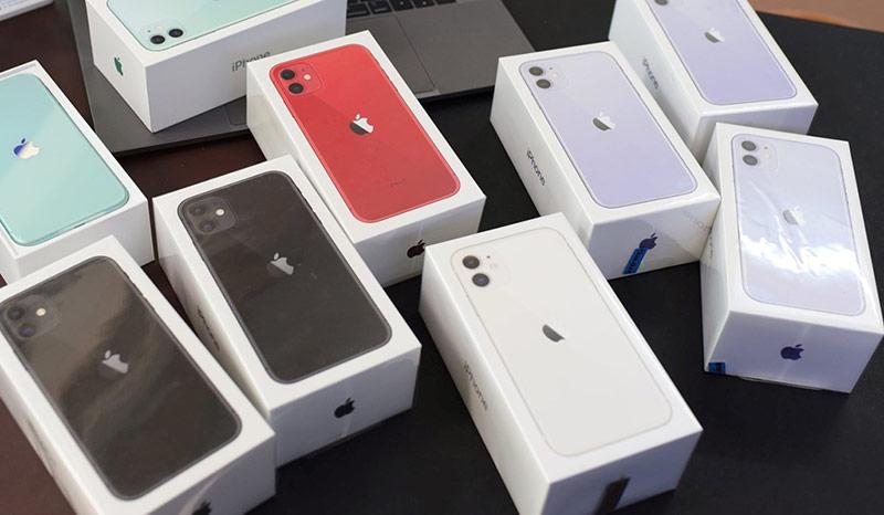 iPhone 11 khóa mạng nhận được nhiều sự quan tâm từ người dùng vì giá rẻ. Ảnh: Vũ Duy.