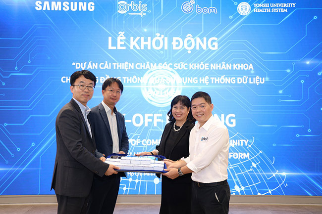 Đại diện Samsung trao tặng những chiếc điện thoại thông minh cho dự án BOM