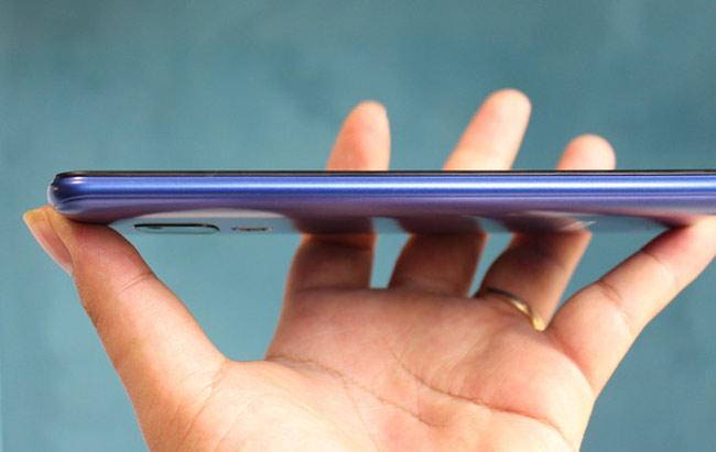 Phần viền máy được bo tròn, kèm rãnh nhỏ tương tự các mẫu Redmi giá rẻ của Xiaomi