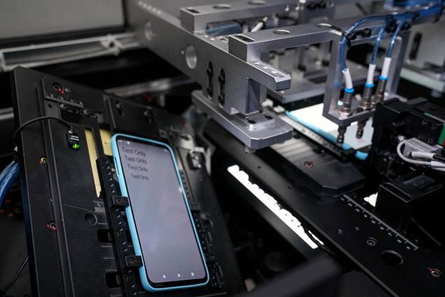 Kiểm tra sản phẩm trên dây chuyền sản xuất điện thoại thông minh VinSmart