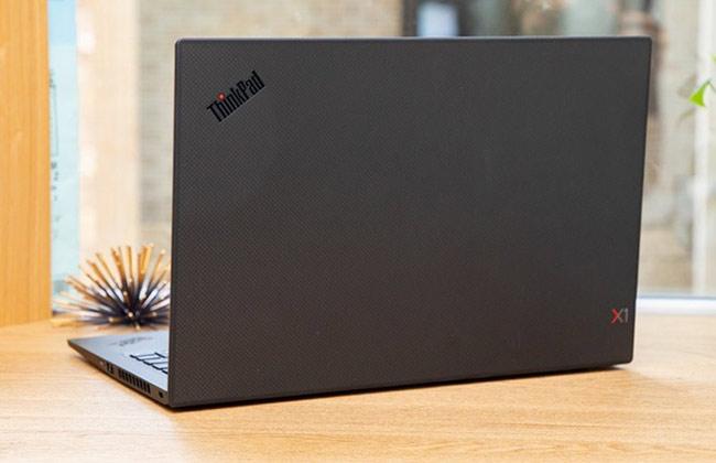 """Theo đánh giá của LaptopMag, """"mỏng, nhẹ, bền và đẹp"""" là những yếu tố hội tụ ở ThinkPad X1 Carbon"""
