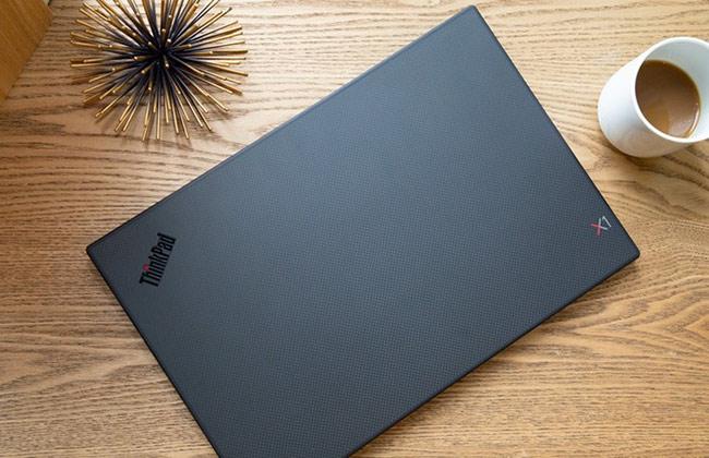 Một trong những điểm mới của ThinkPad X1 Carbon 2019 là khách hàng có thể lựa chọn phần nắp trơn hoặc có vân sợi carbon