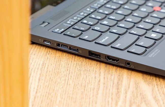 Dù có bộ khung mỏng nhẹ, ThinkPad X1 Carbon vẫn sở hữu các cổng kết nối đa dạng.