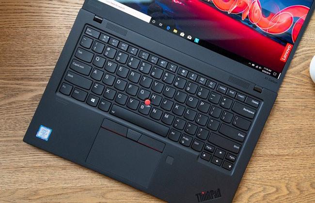 Bàn phím ThikPad X1 Carbon 2019 vẫn giữ được chất lượng xuất sắc. Khi gõ văn bản, hệ thống phím được uốn cong cùng phần đệm tựa cổ tay ở hai bên đều đem lại cảm giác thoải mái và mềm mại.