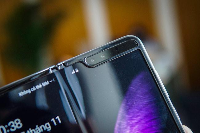 Bên trong có cụm camera kép phục vụ nhu cầu selfie với độ phân giải 10 và 8 megapixel