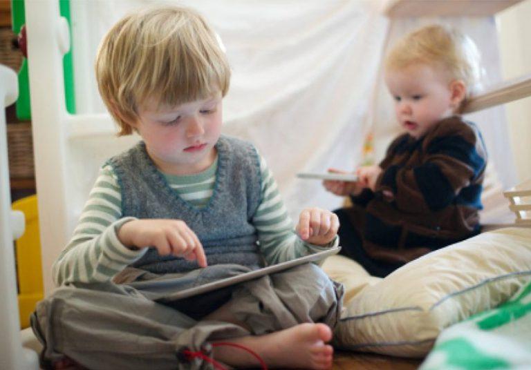 Trẻ em xem điện thoại, máy tính nhiều khiến não chậm phát triển