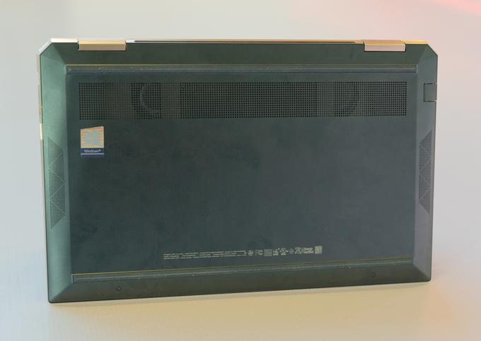 Mặc dù kích thước nhỏ gọn, model này lại được trang bị 4 loa Bang & Olufsen - hai ở mặt trên và hai nằm ở dưới đế máy.