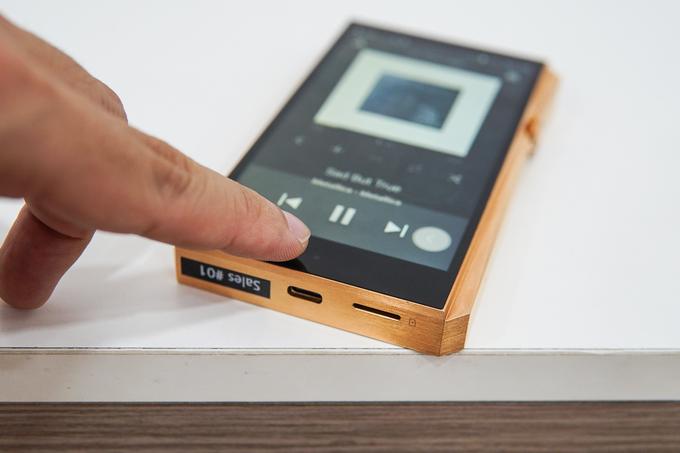 Thiết bị có một nút cảm ứng ở dưới màn hình, có tác dụng như nút Back