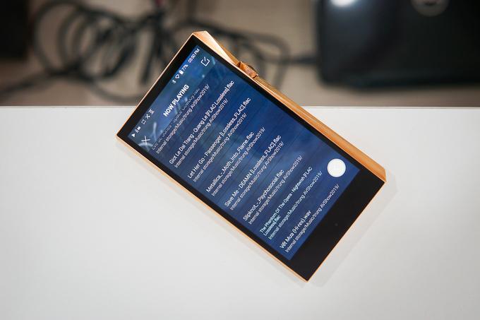 Ngoài nút bấm, việc điều khiển máy nghe nhạc còn có thể thực hiện qua màn hình cảm ứng 5 inch. Thiết bị cũng được trang bị kết nối Wi-Fi và Bluetooth
