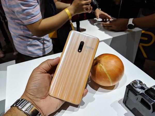 Màu sắc Onion của Realme X khiến nhiều người nghĩ đến củ hành tây.