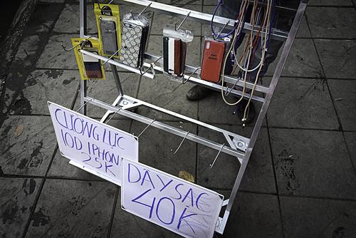 Cáp, sạc iPhone có giá 40 nghìn đồng, chỉ bằng 1/10 sản phẩm chính hãng nhưng chất lượng không đảm bảo.