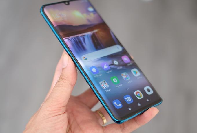 Thiết kế viền dưới màn hình vẫn hơi dày nhưng bù lại có phần cong tràn sang hai bên cạnh giống Galaxy S9+.