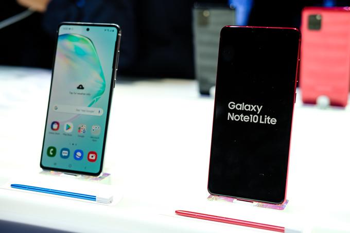 Galaxy Note10 Lite có kích thước màn hình 6,7 inch, nhỏ 0,1 inch Note10+ nhưng lớn hơn tới 0,4 inch so với Note10 tiêu chuẩn.