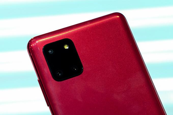 Thay đổi dễ nhận thấy nhất ở thiết kế của Note10 Lite là cụm camera được làm lớn hơn nhiều và hình chữ nhật