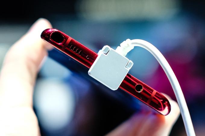 Với kích thước và trọng lượng xấp xỉ 200 gram giống Galaxy Note10+ nhưng Note10 Lite được tăng dung lượng pin thêm 200 mAh