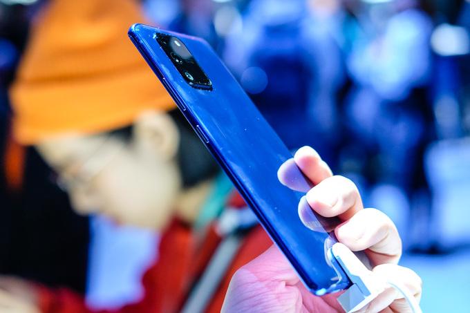 So với Note10 Lite, cụm camera trên S10 Lite nổi lên nhiều. Máy dùng chất liệu nhựa bóng, có ba màu trắng, đen và xanh
