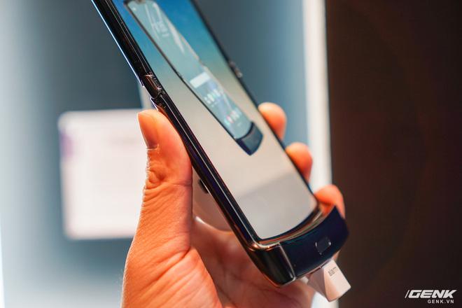Trên tay smartphone gập Moto RAZR: Thiết kế chất, không có vết nhăn xấu xí như Galaxy Fold, nhưng cấu hình lại gây hụt hẫng - Ảnh 12.
