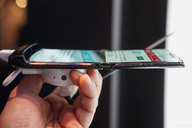 Trên tay smartphone gập Moto RAZR: Thiết kế chất, không có vết nhăn xấu xí như Galaxy Fold, nhưng cấu hình lại gây hụt hẫng - Ảnh 6.