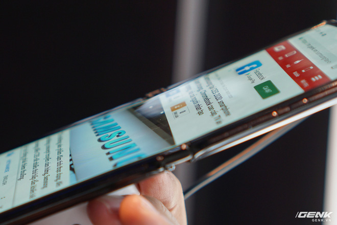 Trên tay smartphone gập Moto RAZR: Thiết kế chất, không có vết nhăn xấu xí như Galaxy Fold, nhưng cấu hình lại gây hụt hẫng - Ảnh 8.