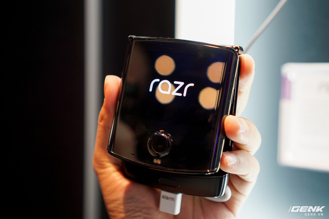 Trên tay smartphone gập Moto RAZR: Thiết kế chất, không có vết nhăn xấu xí như Galaxy Fold, nhưng cấu hình lại gây hụt hẫng - Ảnh 3.