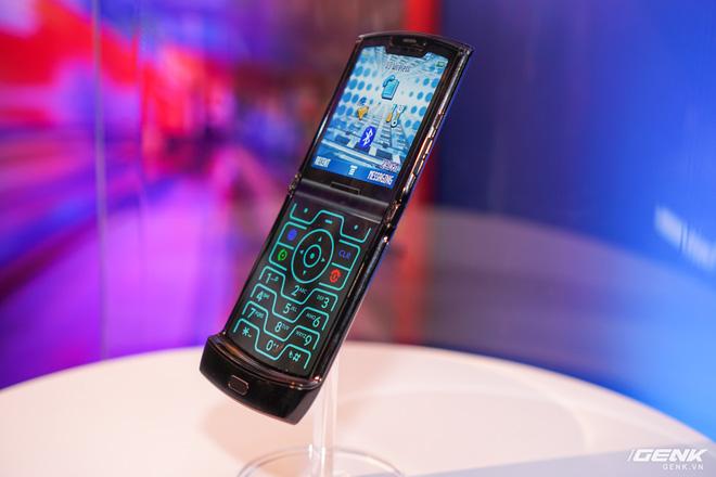 Trên tay smartphone gập Moto RAZR: Thiết kế chất, không có vết nhăn xấu xí như Galaxy Fold, nhưng cấu hình lại gây hụt hẫng - Ảnh 15.