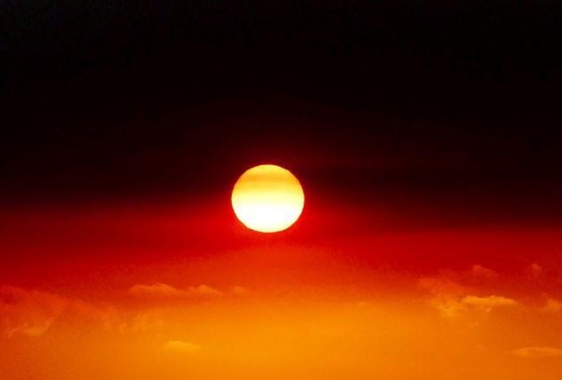Người phụ nữ ở miền Nam đất nước chuột túi có tên Rose Fletcher, đã chụp được bức ảnh đám cháy hoành hành tại cảng Victor khi mặt trời mọc vào đầu năm mới.