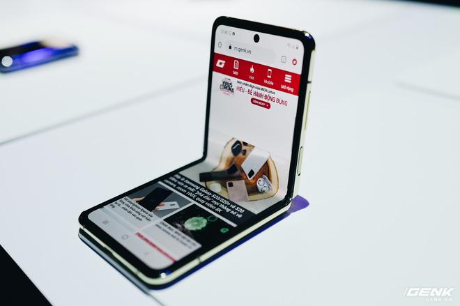 Galaxy Z Flip bản đặc biệt Thom Browne sẽ có giá 2480 USD, gần gấp đôi so với bản thường - Ảnh 1.