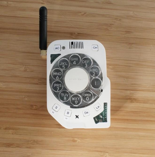 Chán smartphone, cô nàng này đã tự chế một chiếc điện thoại di động quay số cực kỳ hoài cổ - Ảnh 10.