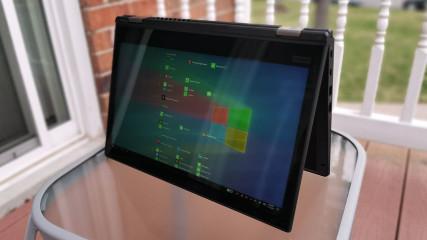 Máy có 2 màu đen và bạc, thiết kế giống như các ThinkPad cũ
