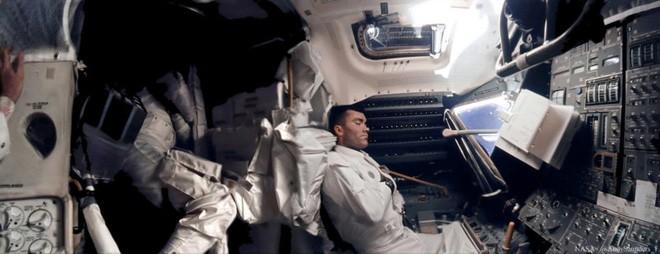 Anh chàng này tái hiện những bức ảnh trên tàu Apollo 13 với độ nét cực cao chỉ bằng cách chồng ảnh lên nhau - Ảnh 2.