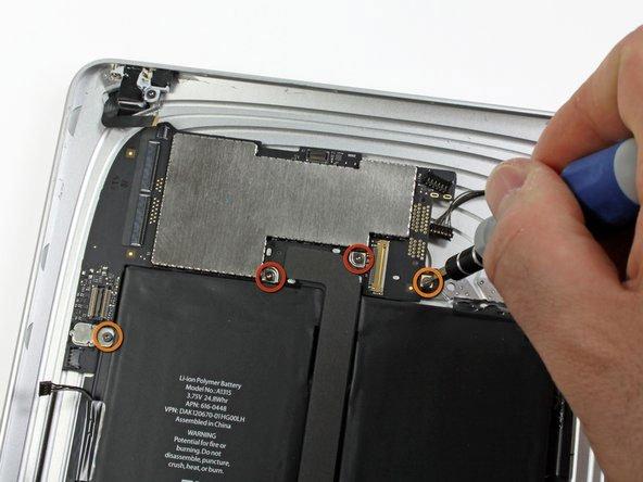 Tháo các ốc vít gắn bo mạch vào cụm panel phía sau