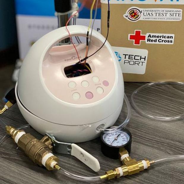 Cải tiến máy hút sữa bà bầu thành máy thở phục vụ bệnh nhân COVID-19: Sáng kiến độc đáo từ nhóm kỹ sư Mỹ - Ảnh 2.