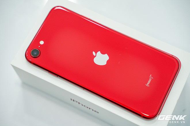 Cận cảnh iPhone SE 2020 đầu tiên tại Việt Nam: Thiết kế giống iPhone 8, giá từ 12.7 triệu đồng - Ảnh 1.