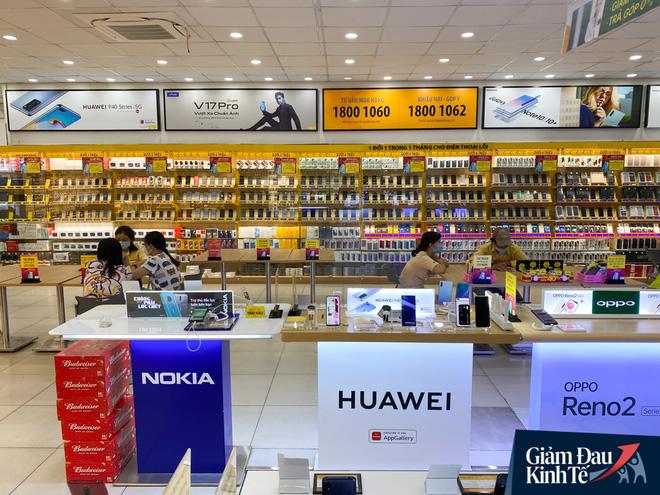Cửa hàng kinh doanh điện thoại sau nới lỏng giãn cách xã hội: Dần nhộn nhịp trở lại, nhu cầu smartphone giá rẻ và tầm trung tăng mạnh - Ảnh 2.
