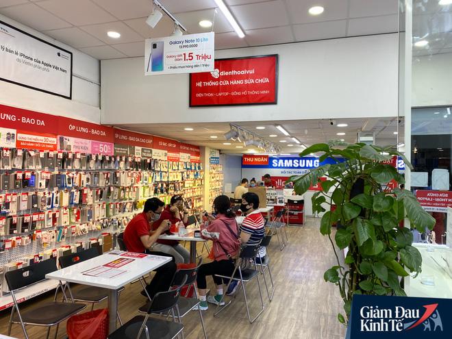 Cửa hàng kinh doanh điện thoại sau nới lỏng giãn cách xã hội: Dần nhộn nhịp trở lại, nhu cầu smartphone giá rẻ và tầm trung tăng mạnh - Ảnh 4.