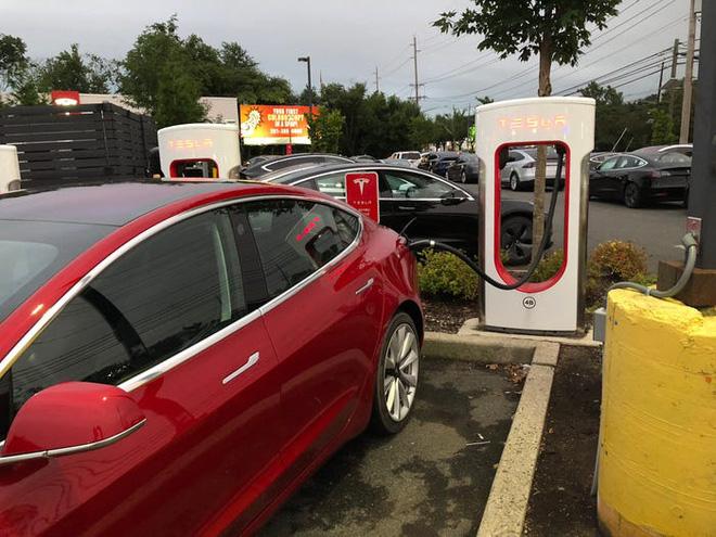 Hé lộ bí mật khiến xe điện Tesla vượt trội hơn xe hơi chạy xăng: Bảo sao Elon Musk kiếm bộn! - Ảnh 3.