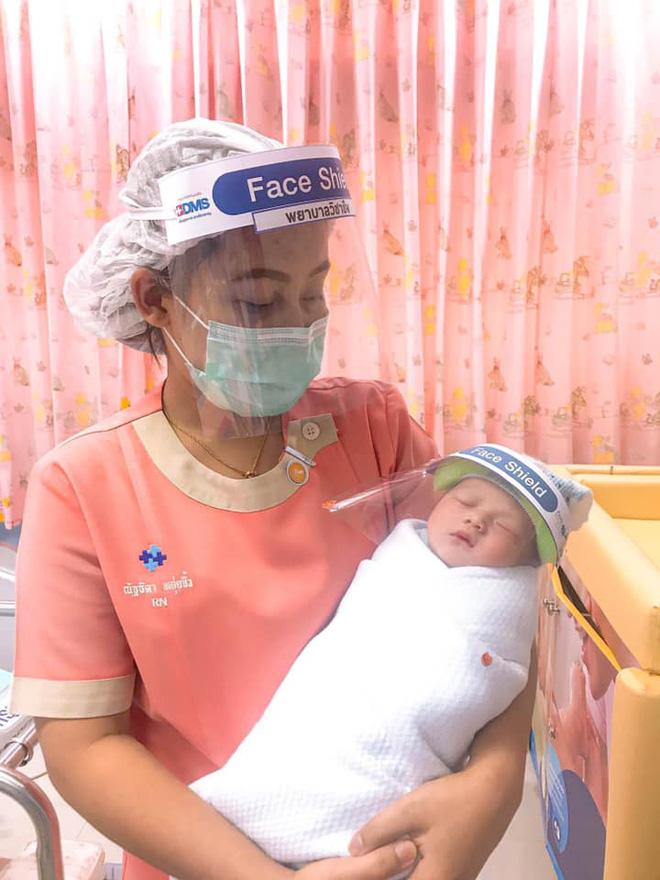 Những em bé ở Thái Lan mới sinh ra đã có tấm khiên che mặt độc đáo để bảo vệ chúng khỏi coronavirus - Ảnh 3.