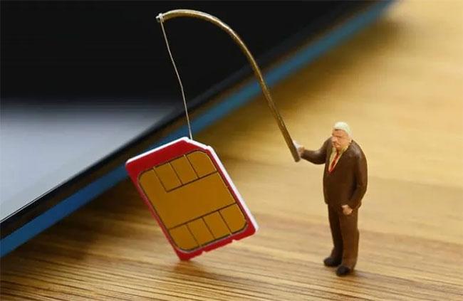 Chiếm thẻ SIM là bước đầu tiên mà những kẻ lừa đảo thực hiện