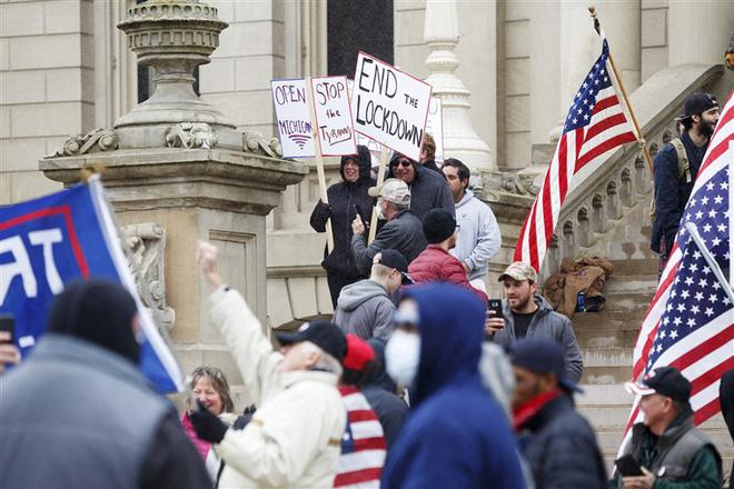 Tin vào thuyết âm mưu trên Facebook, người Mỹ ầm ầm biểu tình đòi gỡ phong tỏa - Ảnh 4.