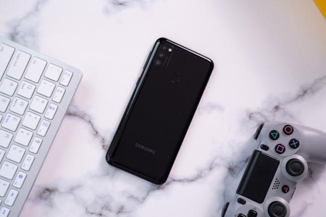 Trên tay Samsung Galaxy M21: Pin 6.000mAh giá 5.490 triệu