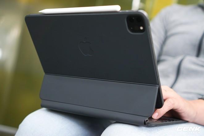 rất nặng, lắp vào dày hơn MacBook Pro 13, bù lại phím gõ rất sướng tay - Ảnh 17.