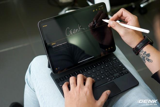 rất nặng, lắp vào dày hơn MacBook Pro 13, bù lại phím gõ rất sướng tay - Ảnh 18.