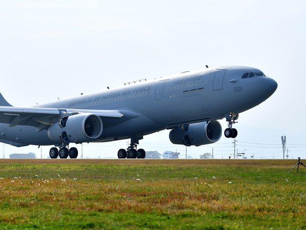 Airbus vượt mặt Boeing, là hãng hàng không đầu tiên trên thế giới có thể bơm xăng tự động khi đang bay - Ảnh 3.