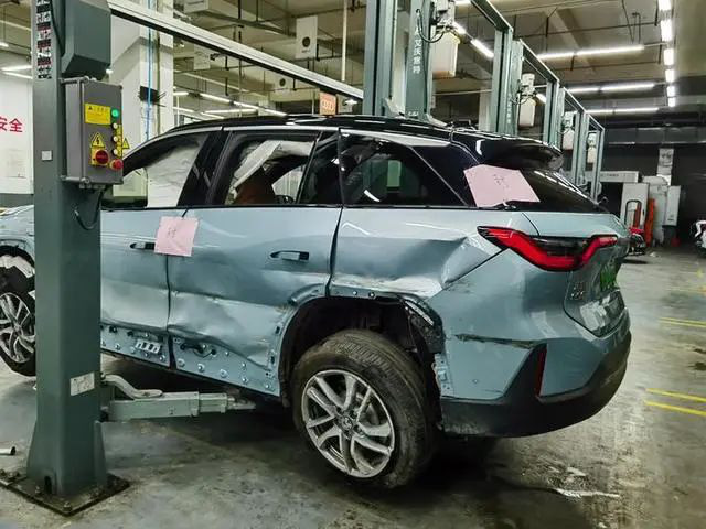 Xe điện Trung Quốc vừa mua 1 tháng đã nổ cả cặp lốp gây tai nạn, nạn nhân tuyên bố: Chắc chắn có vấn đề về chất lượng! - Ảnh 3.