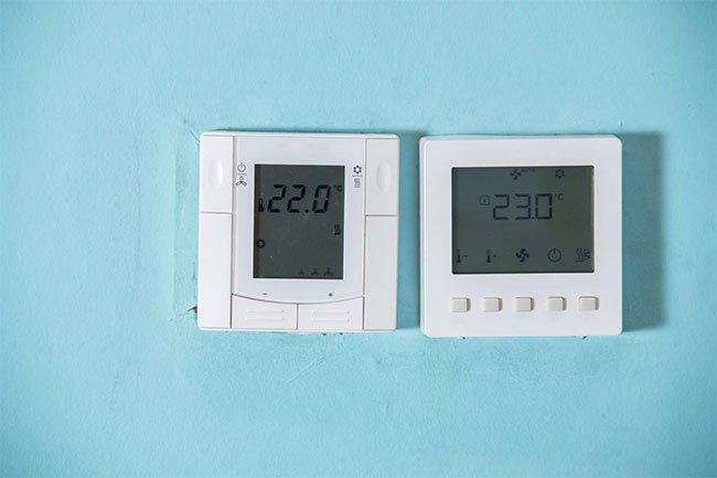 Bạn có thể điều khiển bộ điều nhiệt trong nhà từ điện thoại, theo dõi nhiệt độ ngoài trời và thiết lập bộ điều nhiệt thay đổi khi bạn rời đi có thể tiết kiệm năng lượng